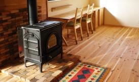 薪ストーブのある木の家